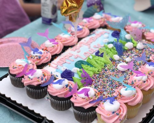 children-at-birthday-party-with-mermaid-cake-cake-cupcakes-pink-pink-icing-birthday_t20_R6ZQnm